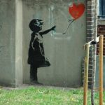 Von LYDIA and her SALAD DAYS - Flickr: BANKSY : LONDON, CC BY-SA 2.0, https://commons.wikimedia.org/w/index.php?curid=73589092