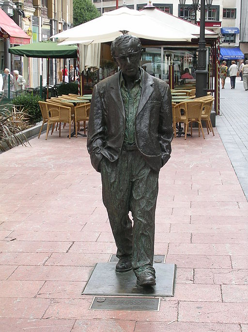 """Estatua Woody Allen en Oviedo"" von Noemy García García - Tomada por Noemy García García usando una cámara Nikon E3200.. Lizenziert unter CC BY-SA 2.5 es über Wikimedia Commons - https://commons.wikimedia.org/wiki/File:Estatua_Woody_Allen_en_Oviedo.jpg#/media/File:Estatua_Woody_Allen_en_Oviedo.jpg"