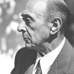 """Arnold Schoenberg la 1948"" von Florence Homolka - Source of photo is the Schoenberg Archives at USC. The archive grants permission to publish this image, provided that the photographer is credited. [1]. Lizenziert unter Attribution über Wikimedia Commons - http://commons.wikimedia.org/wiki/File:Arnold_Schoenberg_la_1948.jpg#/media/File:Arnold_Schoenberg_la_1948.jpg"